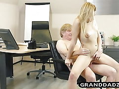 Youthfull boss gets her sole fetish satisfied by old worker